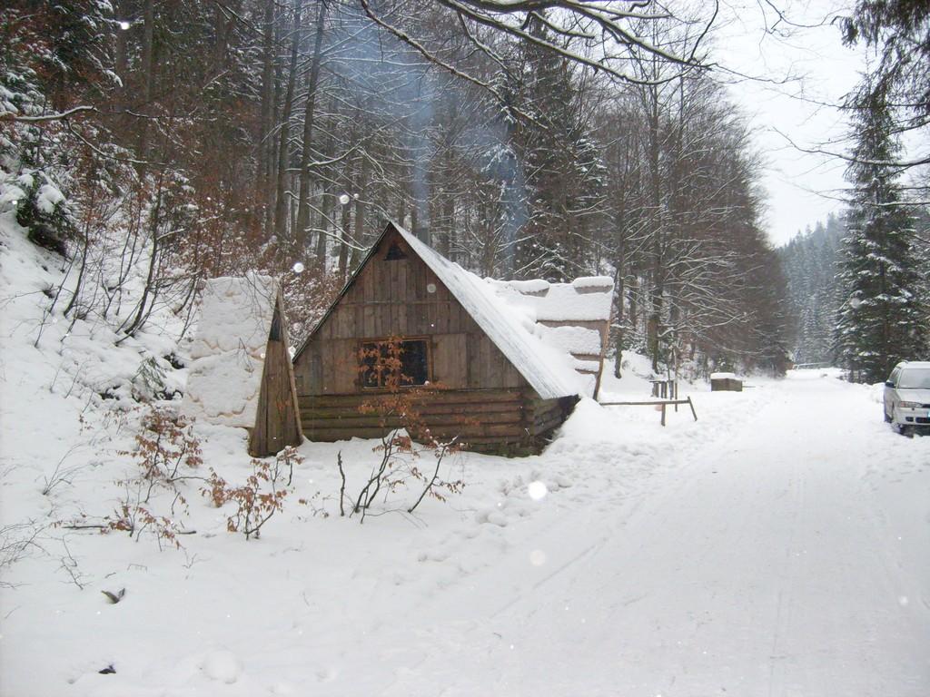 Nasza góralska chata (szałas, kolyba) w zimowej aurze